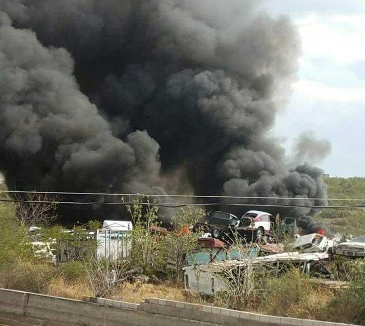Consume incendio vehículos en corralón de Huajuapan