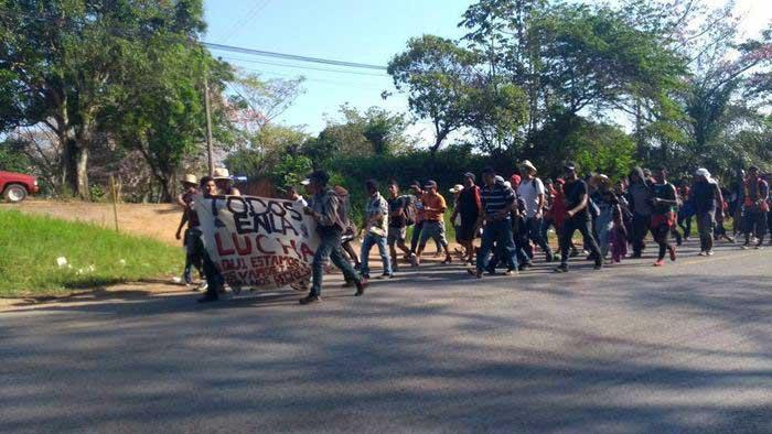 Continúan migrantes su ruta hacia el norte del país desde Oaxaca