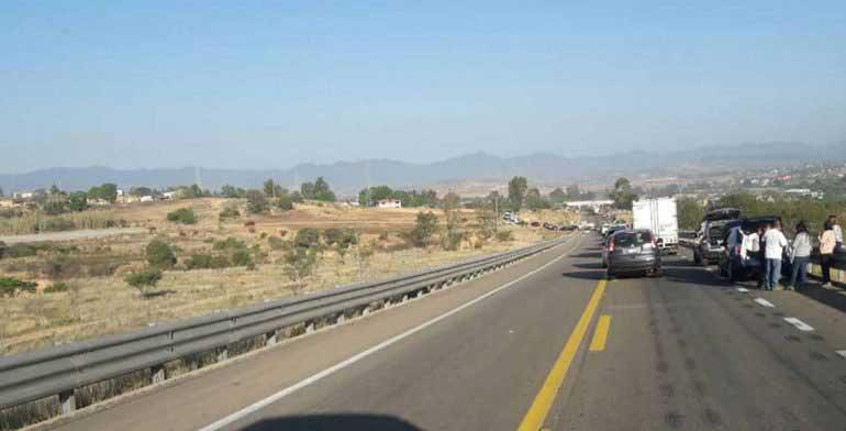 Con bloqueo impiden tránsito en autopista Oaxaca-México
