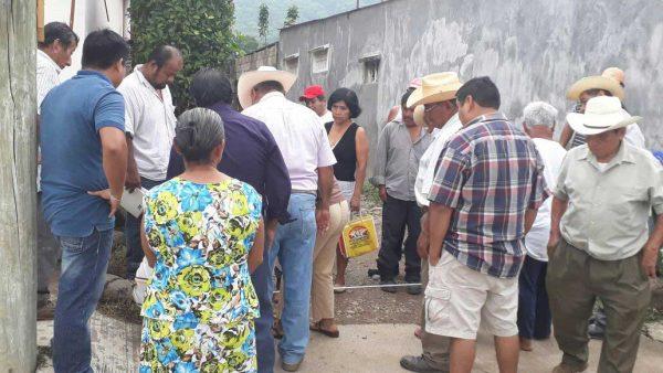 Acuerdan colonos y ejido de Valle continuidad de pavimentación en la Colonia 12 de Marzo