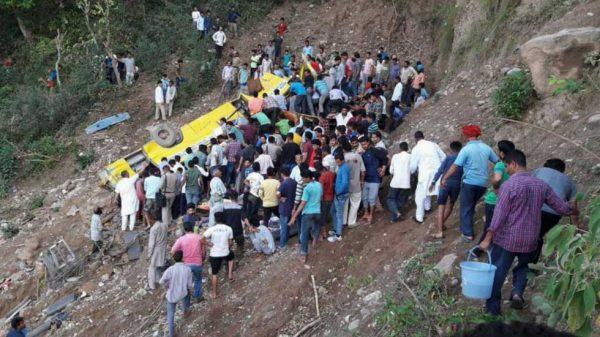 Accidente de autobús escolar deja al menos 21 niños muertos