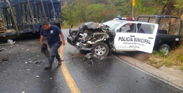 Deja dos lesionados choque de patrulla y tráiler en Oaxaca