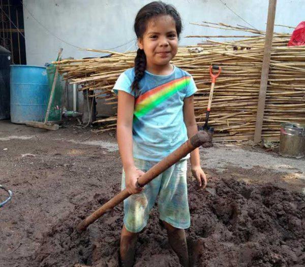 Infantes damnificados de Ixtaltepec colaboran elaborando adobe