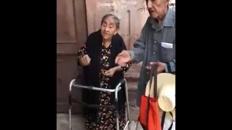 Abuelitos regalaron 10 pesos a cada niño que salía de la Iglesia +VIDEO