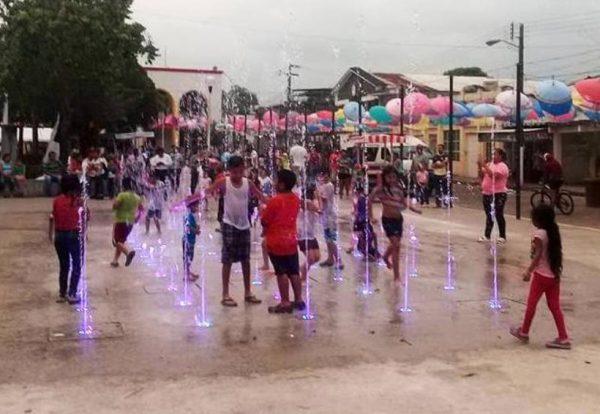 """Autoridades se retractan, """"niños pueden bañarse en la fuente, sí quieren"""""""