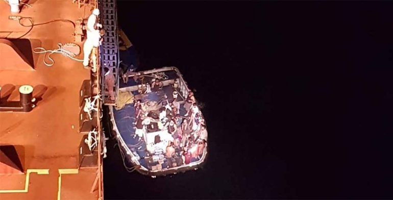 Rescatan a 24 tripulantes de un barco atunero en llamas en Oaxaca