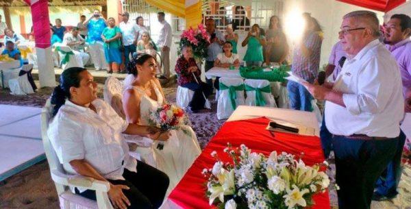 Realizan primera boda legal entre mujeres en Salina Cruz
