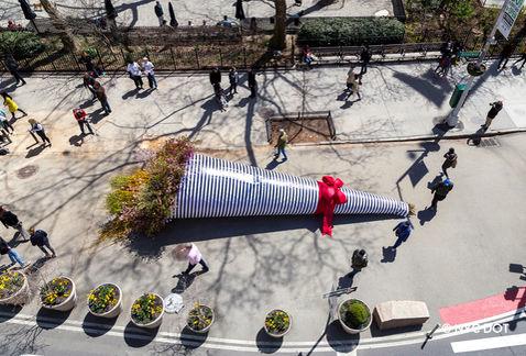 Un gigantesco ramo de flores naturales apareció en NY