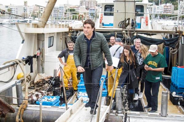 Javier Bardem se embarca para recoger plástico del mar