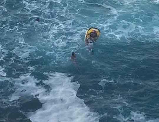 Muere sujeto al ser arrastrado por una ola en la Costa
