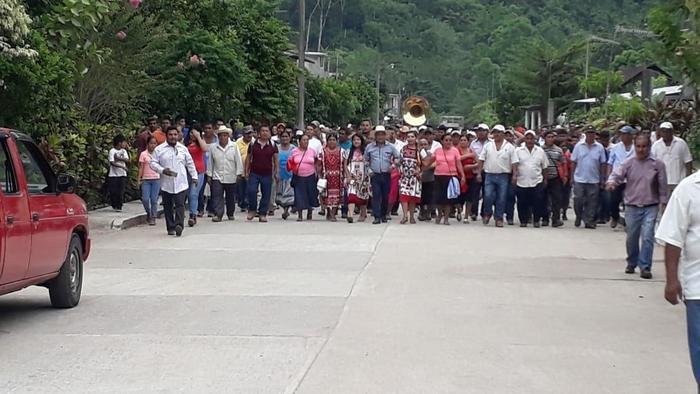 Pobladores celebran arranque de obra en carretera de Arroyo de Banco a San Juan Palantla