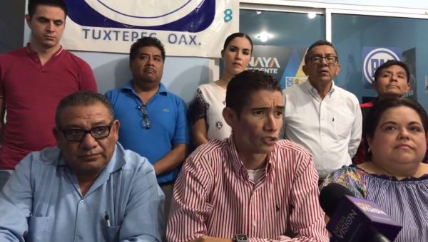Panistas de Tuxtepec pedirán expulsión de dirigente por levantar la mano de Karina Barón