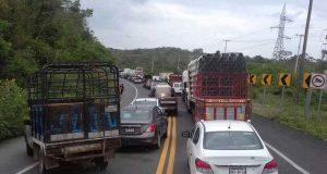 Impiden pobladores tránsito de vehículos hacia Veracruz