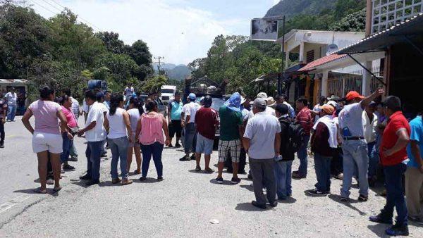 Con bloqueo, pobladores de Vega del Sol piden a Víctor Raúl que cumpla con obras