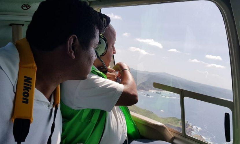 Con apoyo de helicóptero del Gobierno, buscan a joven arrastrado por una ola en Oaxaca