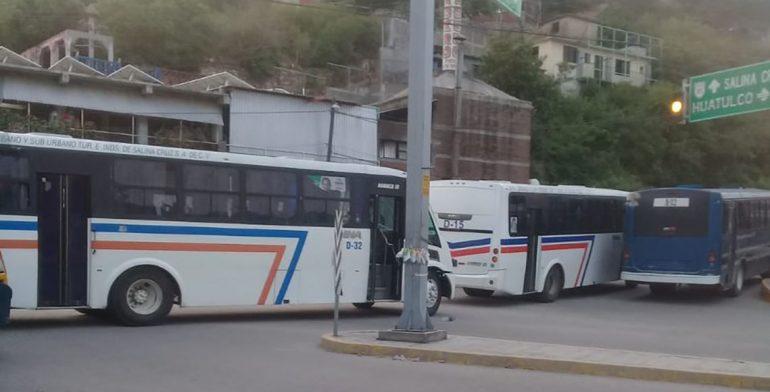 Suspenden servicio de transporte en Salina Cruz y bloquean calles