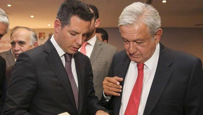 Alejandro Murat regala libro a López Obrador