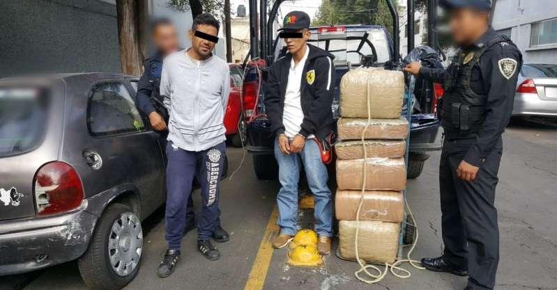 Detienen a dos hombres por transportar 60 kilos de mariguana en un diablito