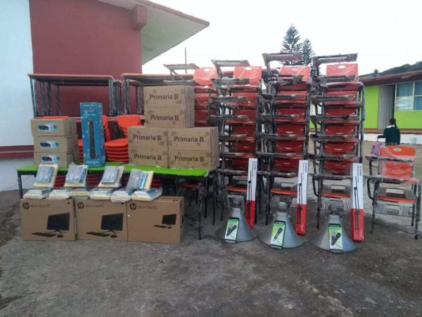 Escuelas de la Mixteca reciben mobiliario, equipo y apoyos por 22.1 mdp