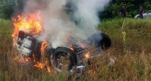 Auto vuelca y se incendia en carretera a la Costa de Oaxaca