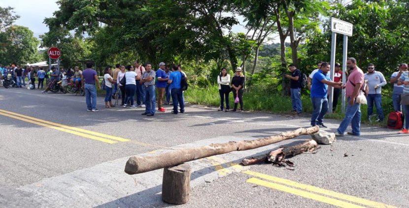 Bloquea CNTE carretera en Oaxaca; no hay paso hacia Veracruz