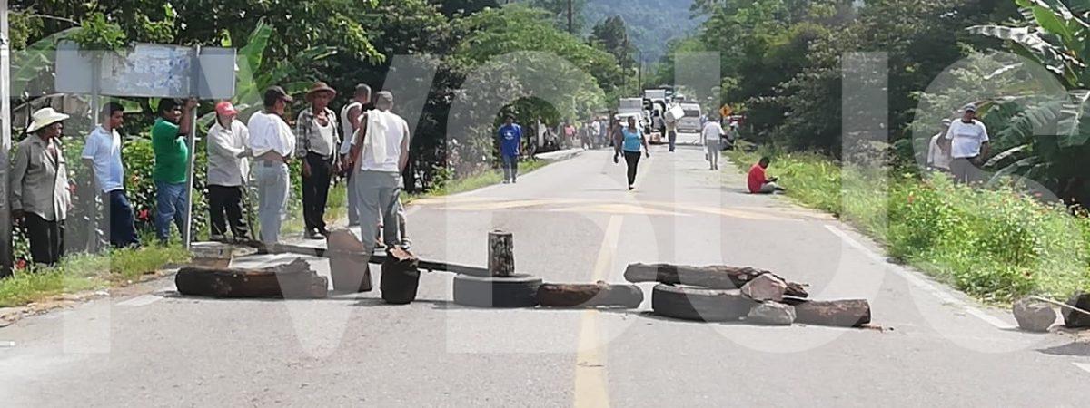 Habitantes de Monte Flor bloquean carretera en Valle Nacional