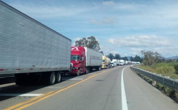 Nuevamente transportistas de Nochixtlán cierran la autopista.