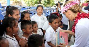 """Ivette Morán de Murat cumple su palabra con estudiantes y maestros de """"El Coco"""" en  Santa María Tonameca"""