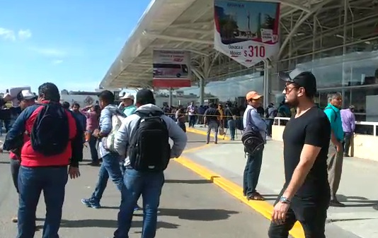 Bloquea CNTE terminal de autobuses en Oaxaca por plazas en telesecundaria
