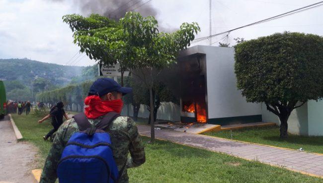 En mitín por los 43, lanzan petardos al 27 Batallón en Iguala