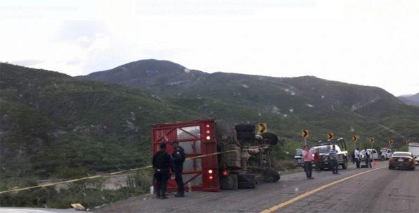 Muere migrante en Oaxaca al volcar camión que los trasladaba