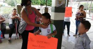 Padres de familia de la primaria Benito Juárez bloquean para pedir salida de una maestra