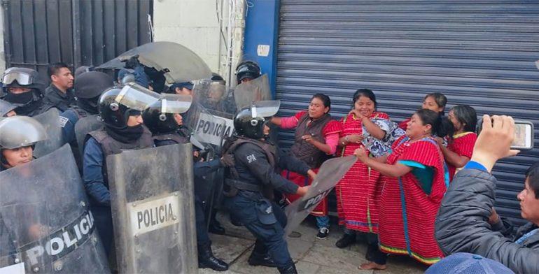 Repliega Policía a triquis que protestan en palacio de gobierno