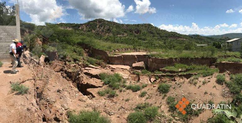 Dejan lluvias grieta de 3 metros de profundidad en la Mixteca