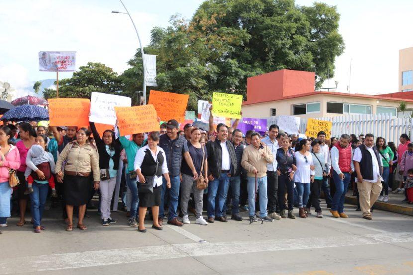 Marchan habitantes de Santa Cruz Xococotlán en respaldo a su presidente Alejandro López Jarquín