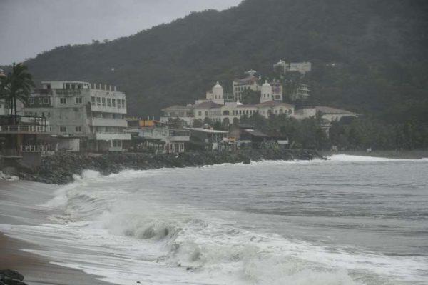 """Evacuarán hoteles de Puerto Vallarta por huracán """"Willa"""""""