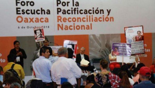 Entre protestas, realizan en Oaxaca foro de reconciliación