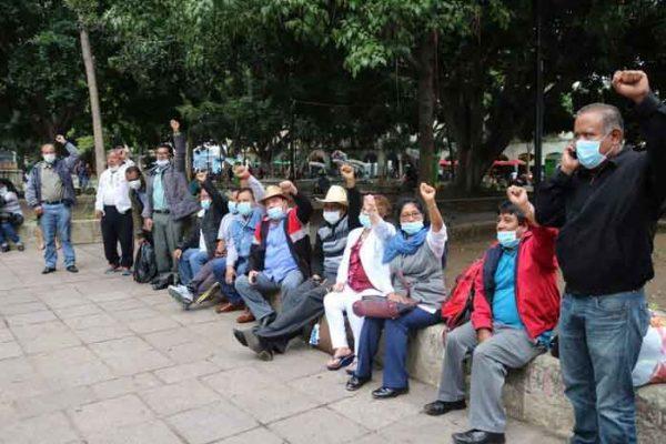 Sección XXII instala huelga de hambre en la puerta principal de palacio de gobierno