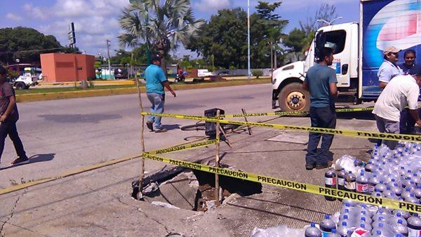 Camión repartidor se hunde en socavón de Tuxtepec