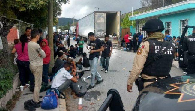 Rescatan a 42 migrantes guatemaltecos hacinados en camión, en Oaxaca