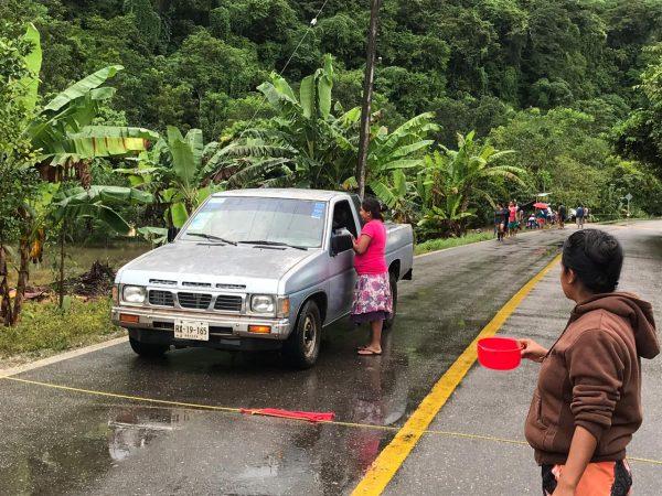 En San Martín, Jacatepec, habitantes botean para pedir ayuda ante la falta de apoyo municipal