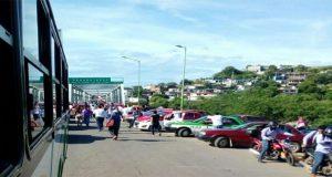 Bloquean taxistas carretera en Tehuantepec