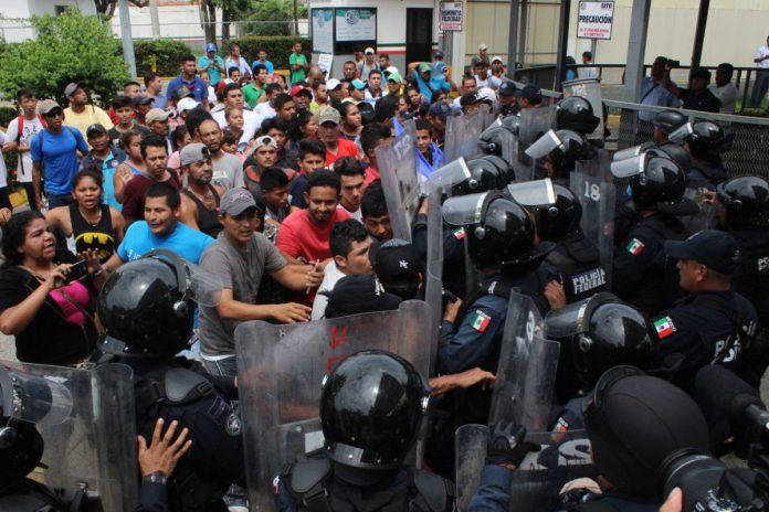 Migrantes buscan ingresar masivamente a México