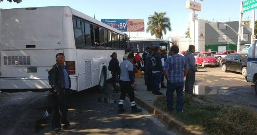 Aparatoso choque sufren empleados de ciudad judicial en Oaxaca
