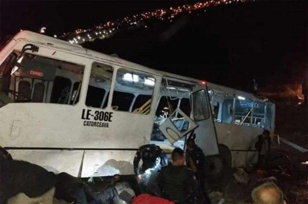 Cae autobús a barranco; mueren 8 personas y 50 resultan lesionadas