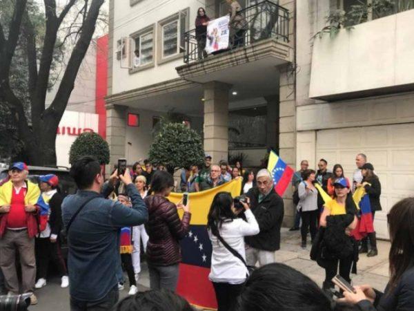 Venezolanos se manifiestan frente a embajada en México