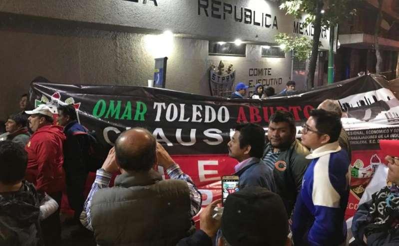 Grupo de petroleros exige salida de Romero Deschamps