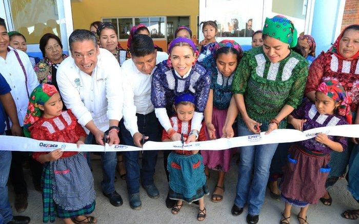 Ivette Morán de Murat inaugura trabajos de pavimentación en San Bartolomé Quialana