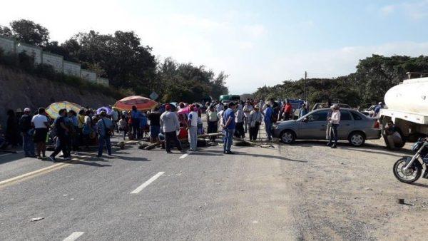 Padres de familia y maestros toman carretera en Matías Romero
