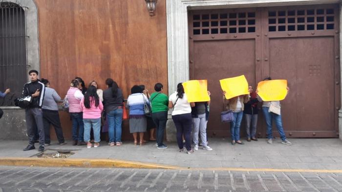 Protestan campesinos de Amoltepec en Casa Oficial, piden diálogo con el Gobernador